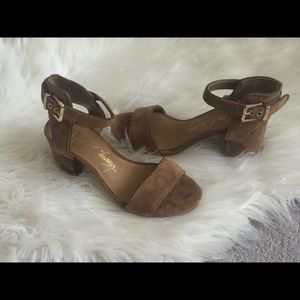 Small heel sandals with side buckle